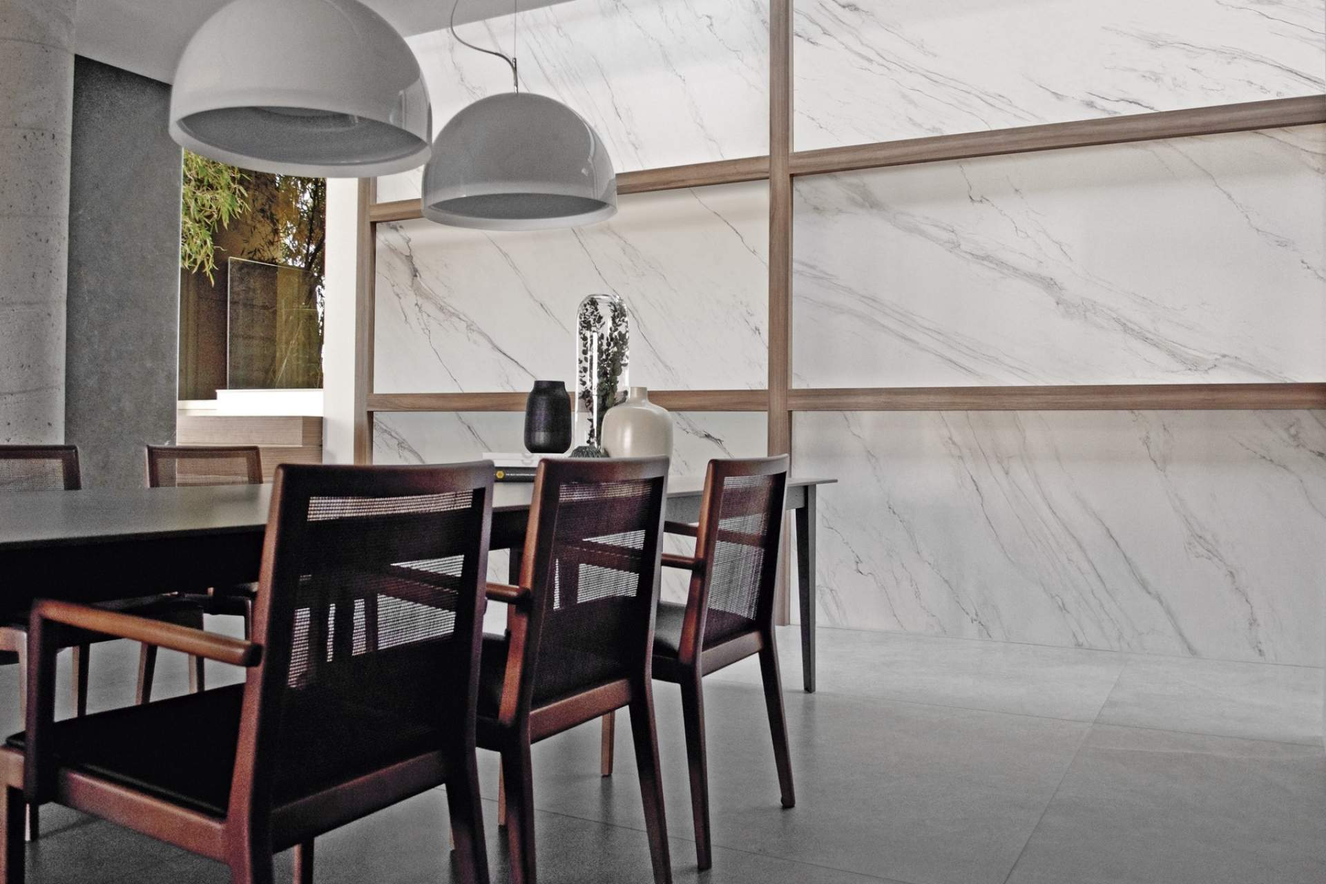 Feel dining room setting using white grey natural tile